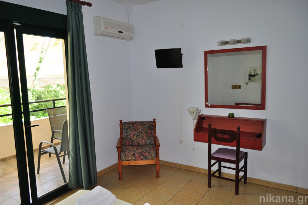 dolphins apartments and rooms limenas 4 bed apartment #208 first floor  (11)